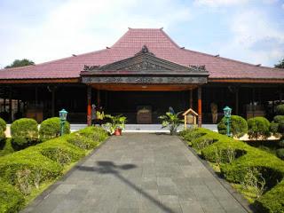 Provinsi Daerah Istimewa Yogjakarta Rumah Adat Bangsal Kencono dan Joglo.